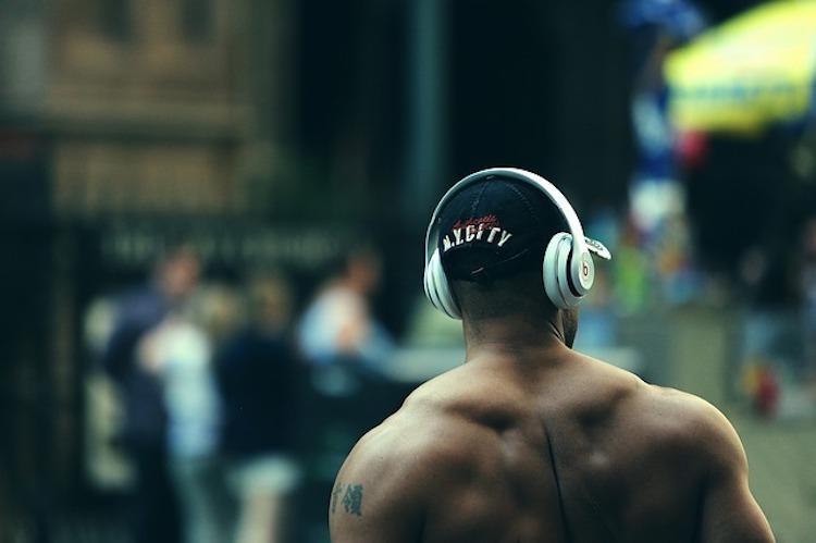 Bodybuilder mit Kopfhörern